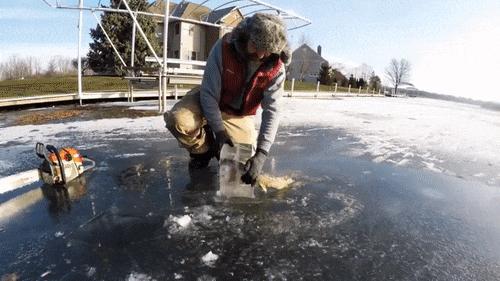 Щука поймала рыбку помельче и сама замерзла