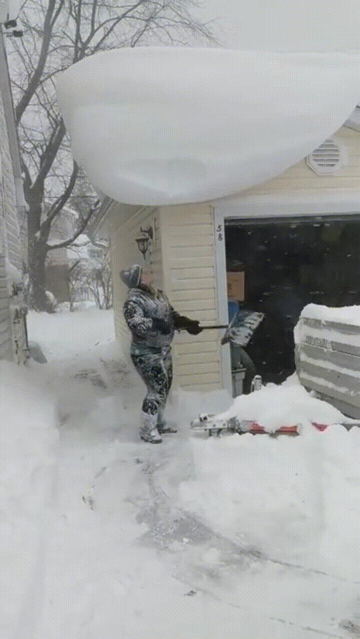Почистил снег с крыши