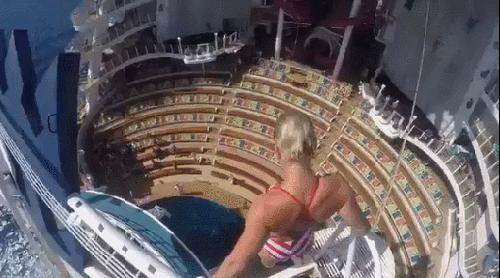 Прыжок в воду с огромной высоты на круизном лайнере